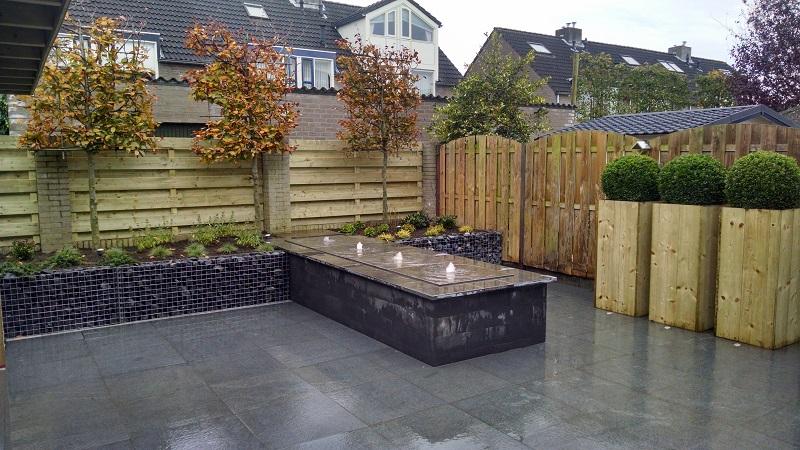 Renovatie tuin Etten Leur Houten overkapping Schanskorven Watertafel ...