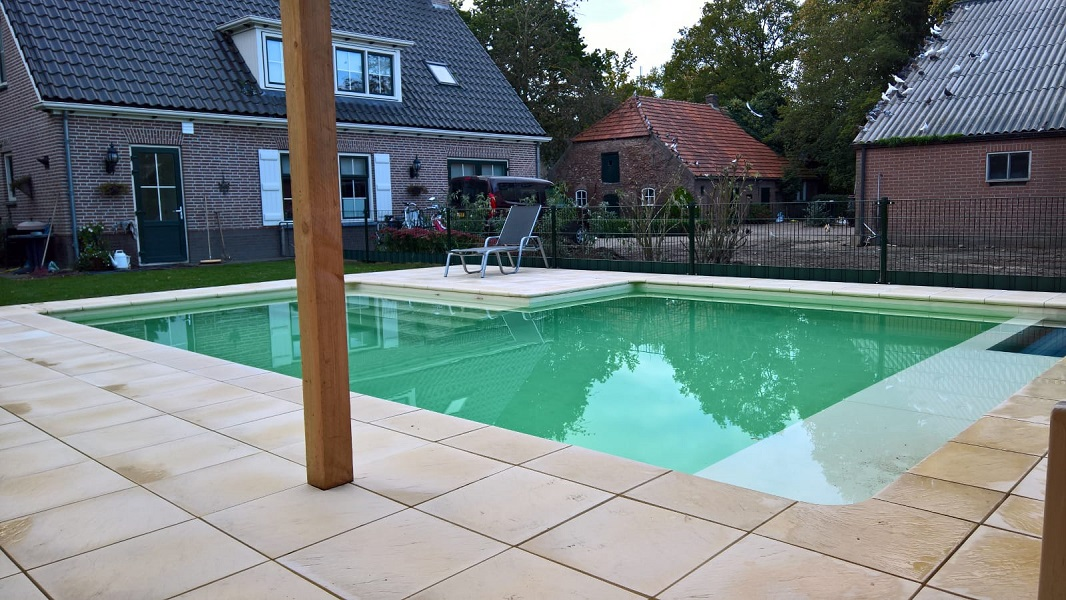Zwembad in houten best foto van procopi cerland tropic for Inbouw zwembad compleet